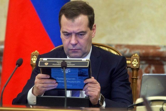 Неизвестные подсунули премьер-министру РФ Медведеву огурец