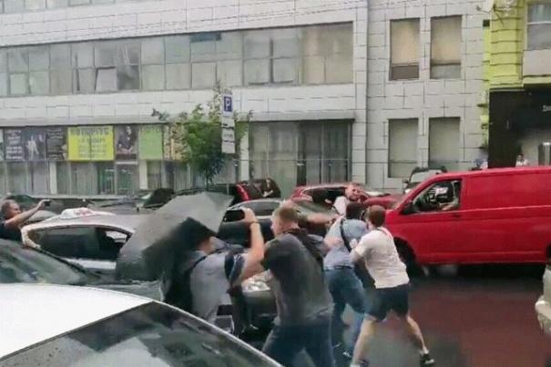 В Киеве неизвестные напали на охрану Порошенко: видео