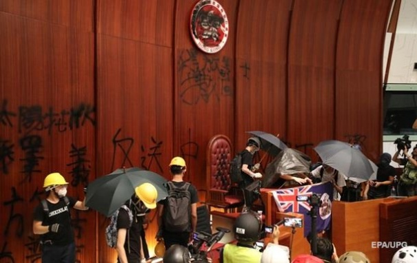 Протесты в Гонконге: полиция начала разгон людей, захвативших парламент