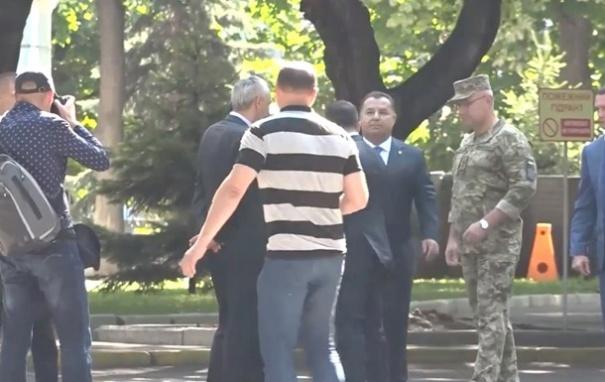 Зеленский «оттолкнул» Полторака: появилось видео