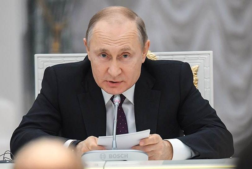 Путин подписал закон о предоставлении украинцам вида на жительство в России