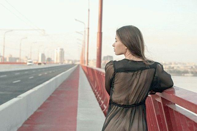 Девушка из Днепра разделась на обновленном мосту