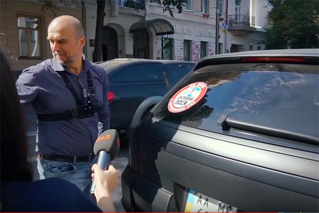 Порошенко перешел дорогу на красный свет: видео
