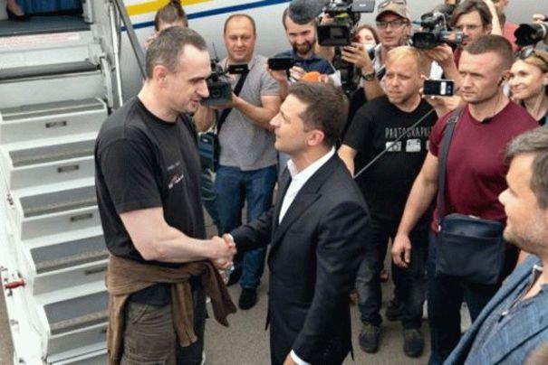 Сенцов назвал «стендапом» разговор Зеленского с добровольцем