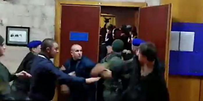 В Киеве в суде произошла массовая драка: видео