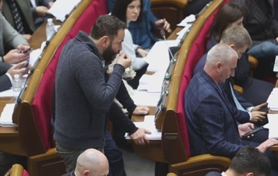 Разумков осадил нардепов за курение и еду в сессионном зале