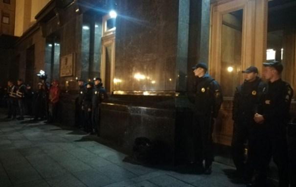 Под Офис президента стянули силовиков