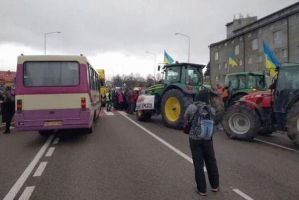 Аграрии перекрыли дороги в разных областях страны
