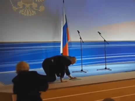 Меркель упала на колени на сцене в Берлине