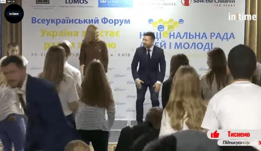 Зеленский станцевал перед аудиторией: появилось видео
