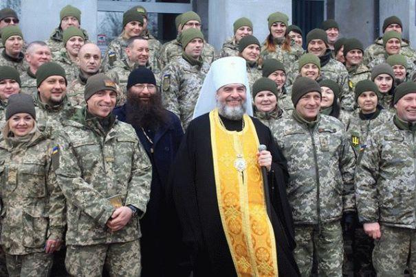 На передовой под Донецком боец ВСУ в свободное время делает уникальные иконы