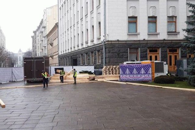 Под Офисом президента монтируют большой ледовый каток
