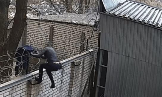 Черновол перелезла в ГБР через забор с колючей проволокой: появилось видео