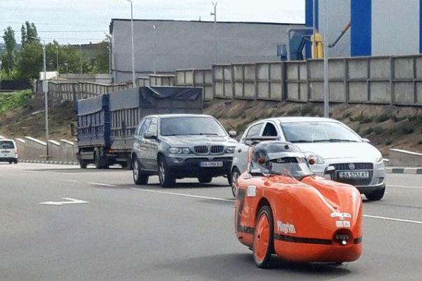 В Кропивницком мужчина смастерил электромобиль на трех колесах