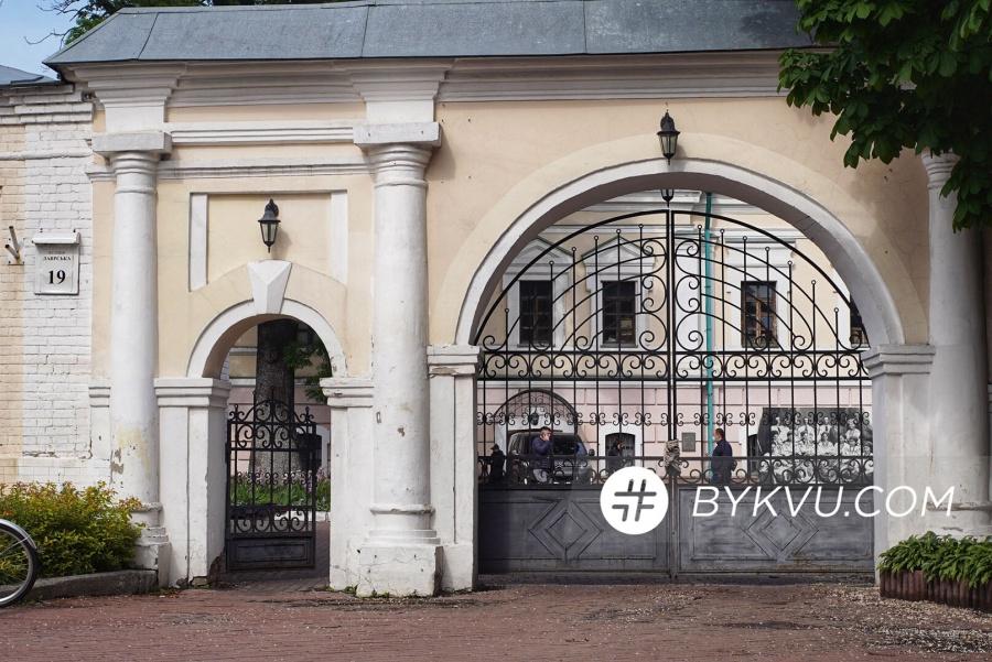Сотрудники ГБР с применением силы зашли в музей Гончара: видео