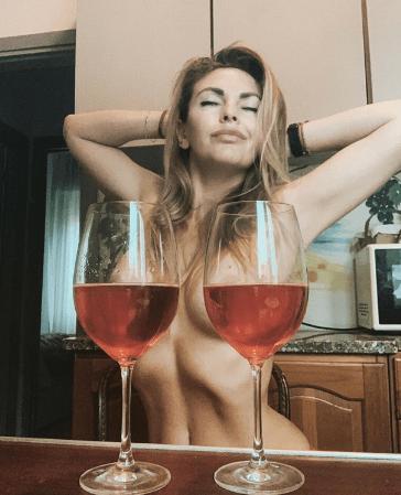 В новом челлендже девушки оголяют грудь