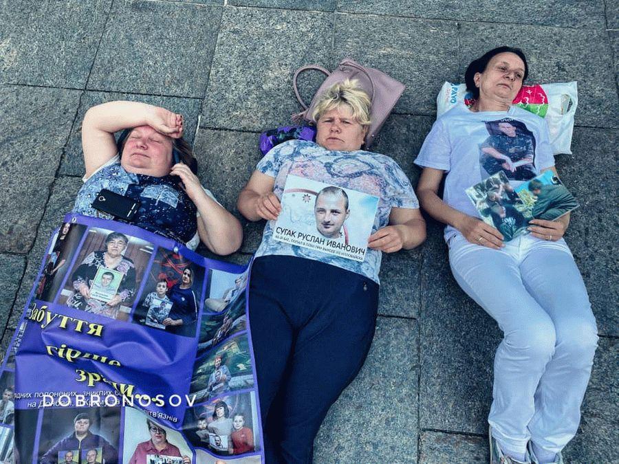 Под Офисом президента проходит «лежачий» протест