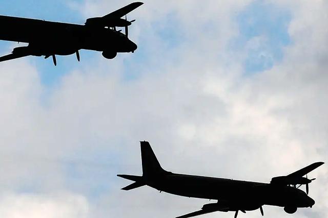 Американские истребители перехватили два российских военных самолета