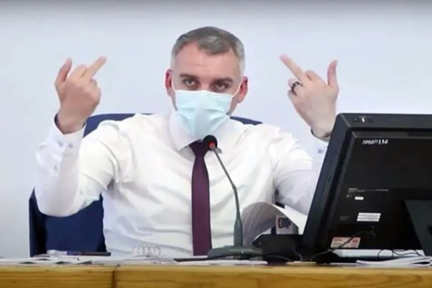 Мэр Николаева двумя руками сразу показал депутату средние пальцы