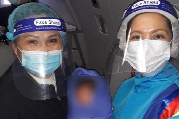 Стюардессы приняли роды во время полета