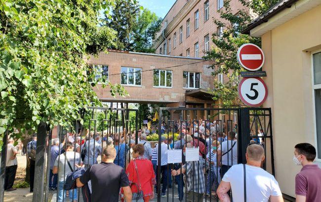 В Харькове протест против лечения в диспансере больных коронавирусом