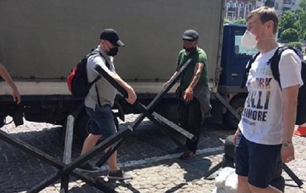 У Печерского суда ждут сторонников Порошенко: полиция устанавливает баррикады