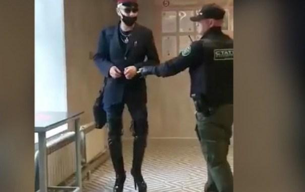 В Челябинске охранник магазина нокаутировал мужчину женских ботфортах: видео