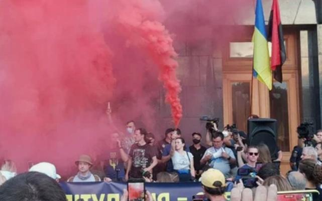Протестующие против перемирия выдвинули требования Зеленскому
