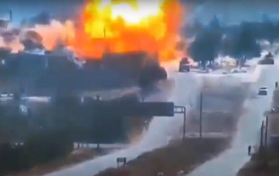 В Сирии мощный взрыв подбросил российский БТР