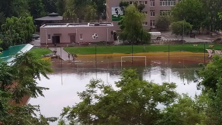 Под Одессой затопило стадион, который торжественно открыл Зеленский