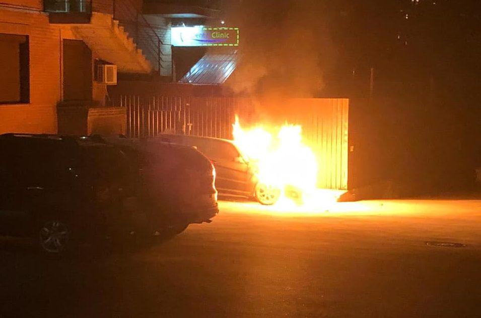 В Киеве подожгли автомобиль нардепа Гео Лероса, видео