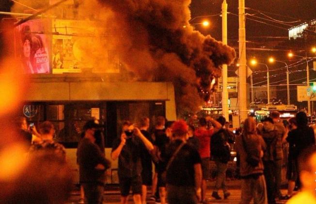 Появилось видео разгона протестующих гранатами в Минске