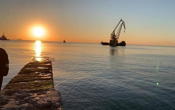 В Одессе удалось поднять затонувший на пляже танкер Delfi