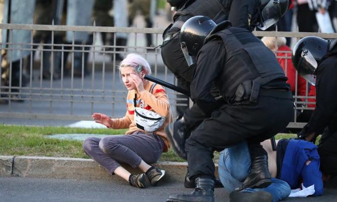 В Минске протестующие попытались освободить задержанных людей