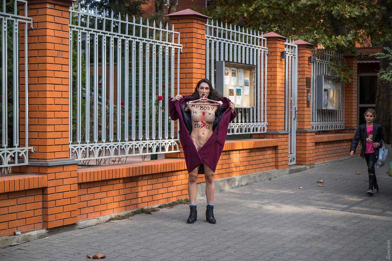 Активистка Femen разделась под генконсульством Польши в Одессе