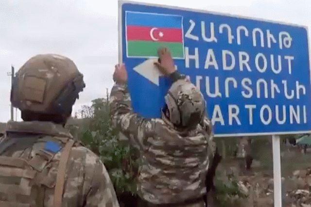 Азербайджанские военные показали скованных цепью армянских солдат