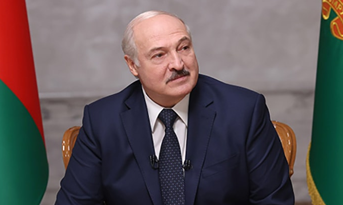 Лукашенко заявил, что дал Тихановской деньги