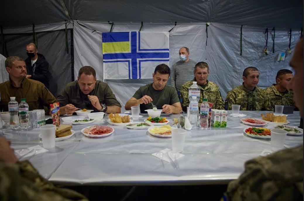 Зеленский и Ермак покушали в присутствии солдат, которым не поставили тарелки