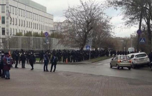 В Киеве собрали митинг возле посольства США