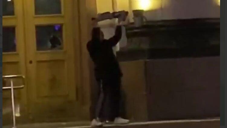 В Харькове мужчина с криками «Аллах Акбар» напал на здание ОГА