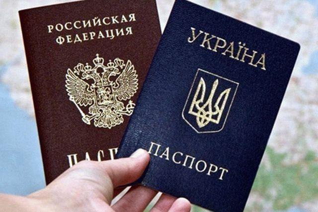 Кремль ответил на требование прекратить выдачу российских паспортов на Донбассе