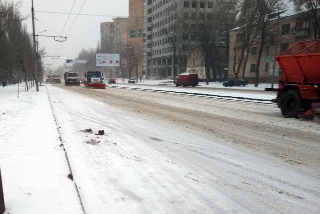 Снег парализовал движение в Донецке