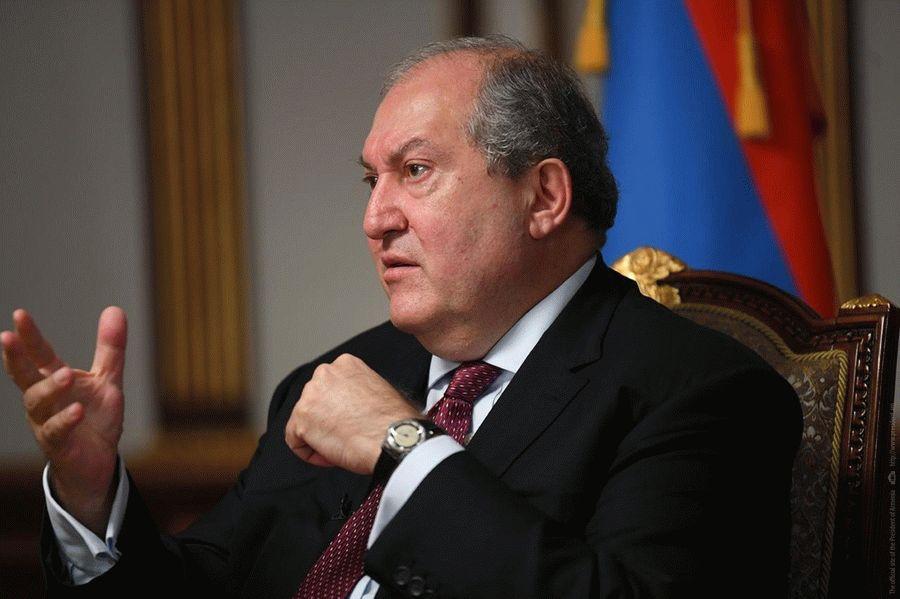 Обострение в Карабахе: президент Армении потребовал созвать парламент