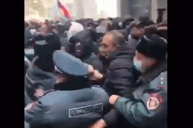 В Ереване протестующие против Пашиняна пошли на штурм здания МВД