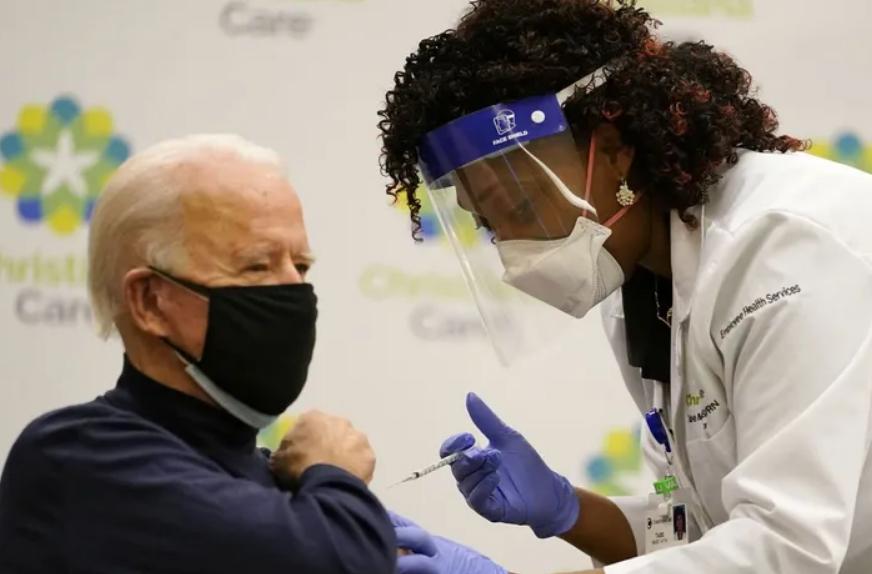 Джо Байден вакцинировался от коронавируса в прямом эфире