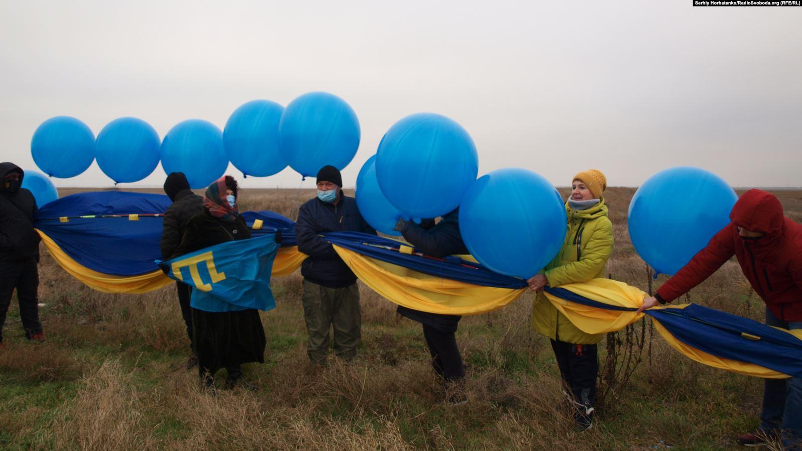 Над Крымом запустили 20-метровый флаг Украины