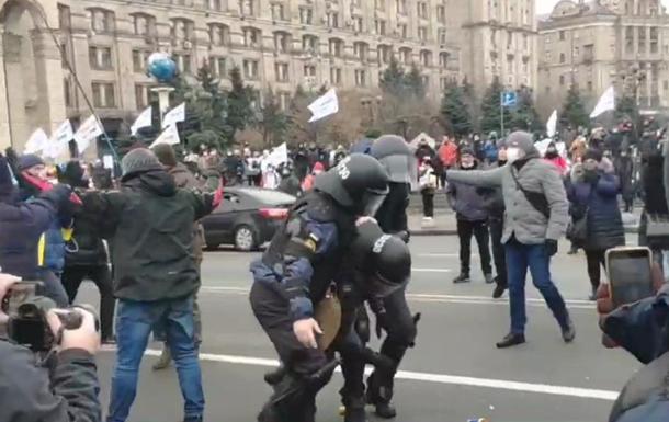 Полиция с применением силы не позволила установить на Майдане палатки