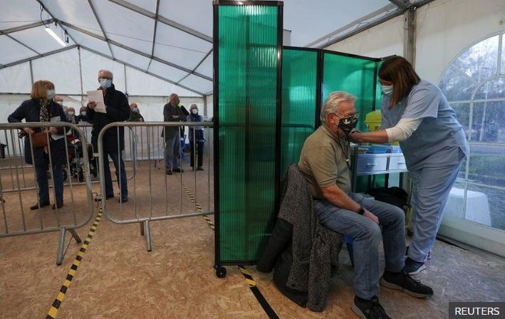 Вакцинированные люди могут распространять коронавирус