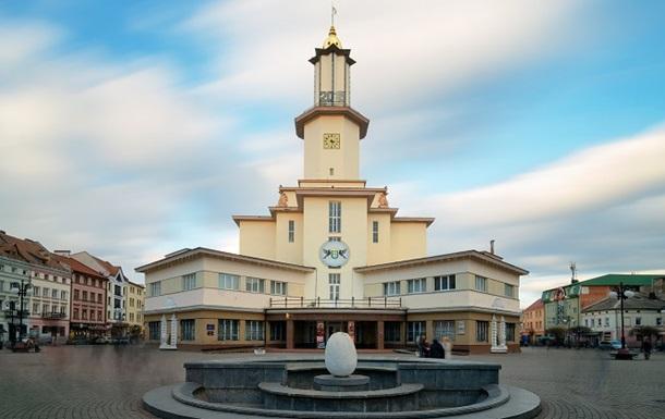 В Ивано-Франковске молодая пара занялась сексом на городской ратуше
