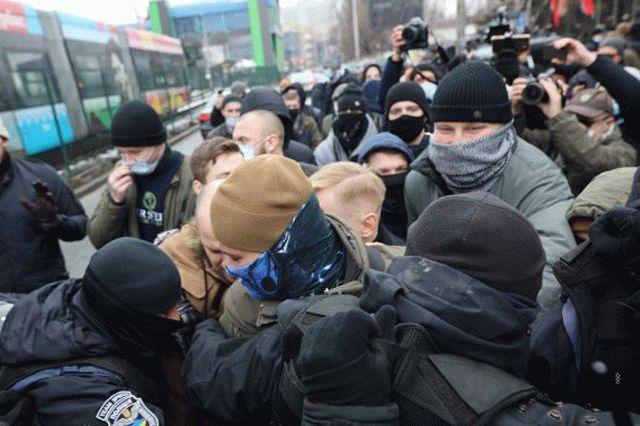 В Киеве у телеканала НАШ произошли стычки